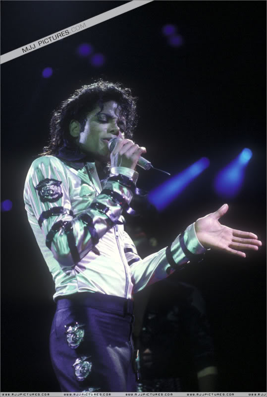Bad World Tour Onstage- Various - Page 3 500