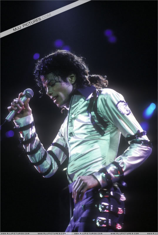 Bad World Tour Onstage- Various - Page 3 518