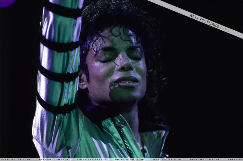 Bad World Tour Onstage- Various - Page 3 524