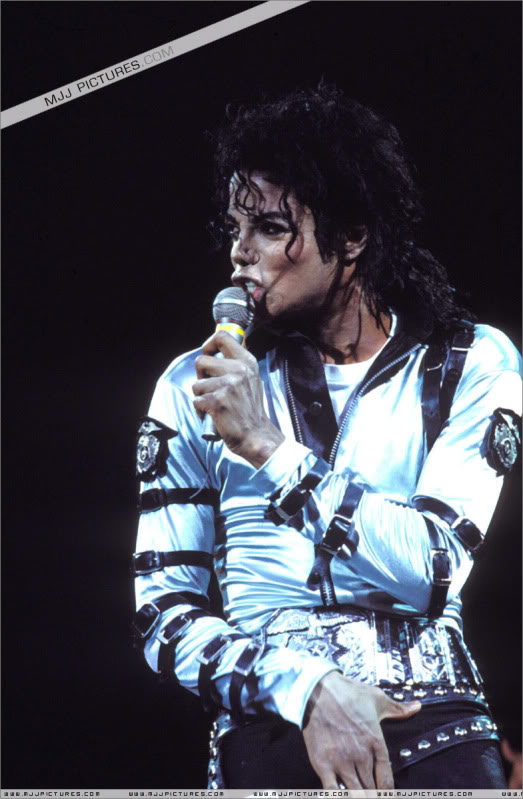 Bad World Tour Onstage- Various - Page 3 527