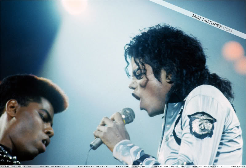 Bad World Tour Onstage- Various - Page 3 568
