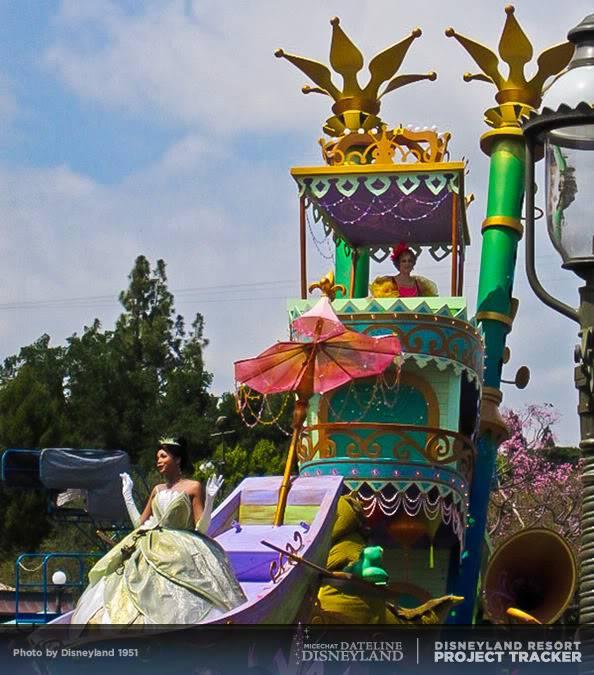 [Disneyland Park] Mickey's Soundsational Parade (2011) - Page 2 IMG_4195