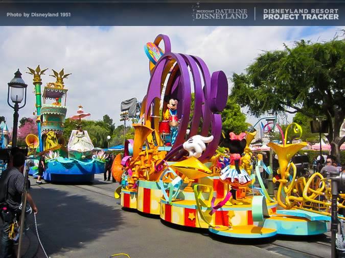 [Disneyland Park] Mickey's Soundsational Parade (2011) - Page 2 IMG_4208