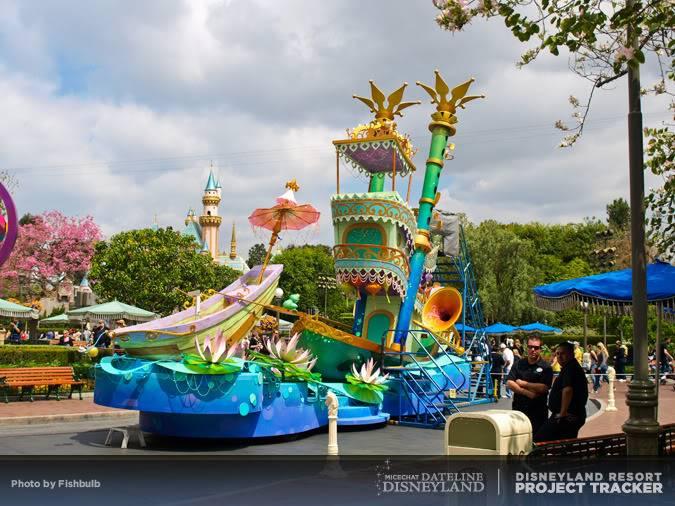 [Disneyland Park] Mickey's Soundsational Parade (2011) - Page 2 P1014918