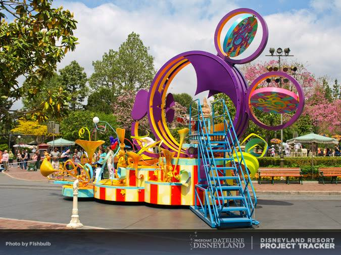 [Disneyland Park] Mickey's Soundsational Parade (2011) - Page 2 P1014921