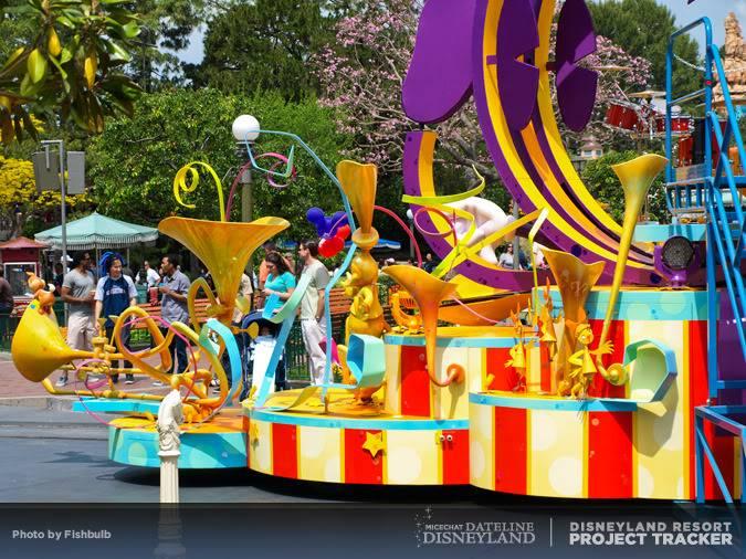 [Disneyland Park] Mickey's Soundsational Parade (2011) - Page 2 P1014924