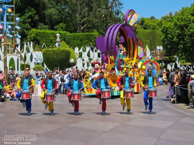 [Disneyland Park] Mickey's Soundsational Parade (2011) - Page 4 IMG_1026