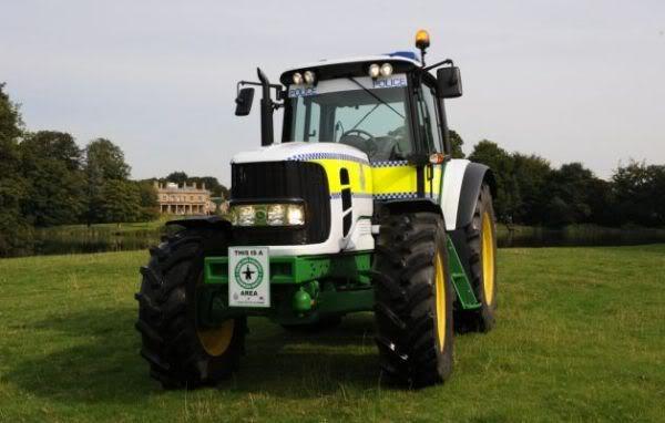 Un John Deere un peu particulier... John-deere-6630-tractor-joins-uk-police-1_4g8zi_3868