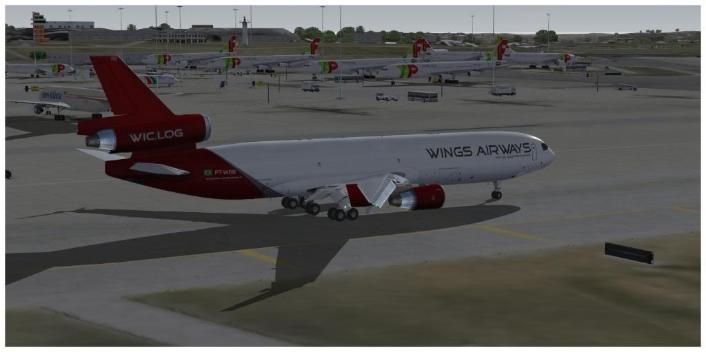 Boeing 737-700 & McDonell Douglas MD-11 F TNCMKMIA06-11-1116