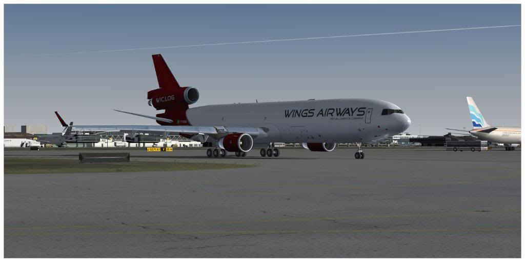 Boeing 737-700 & McDonell Douglas MD-11 F TNCMKMIA06-11-1117-1