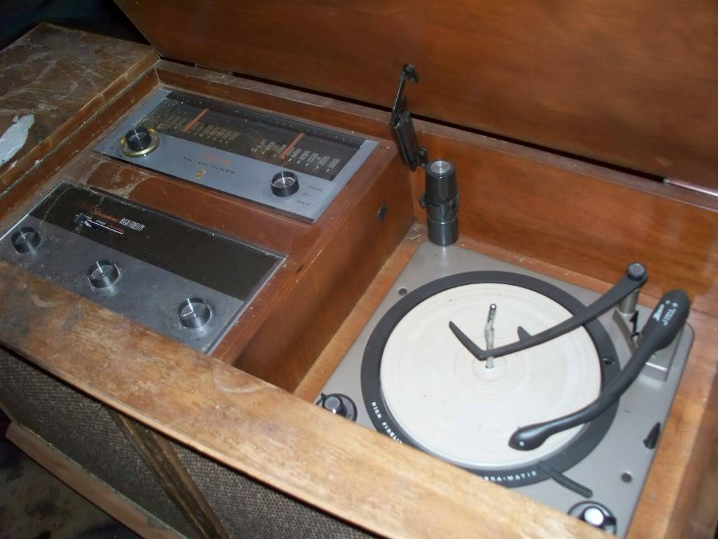 1960's Zenith Radio/Record player I need some info 101_0458