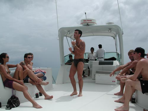 Robbie...un peu dénudé ! - Page 2 Boat1