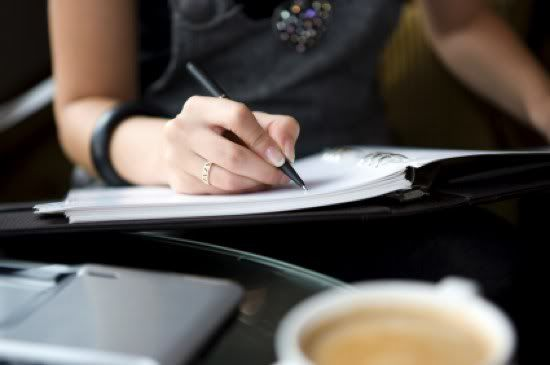 Los 4 Secretos de una Buena Redacción Comercial  Business-woman-writing