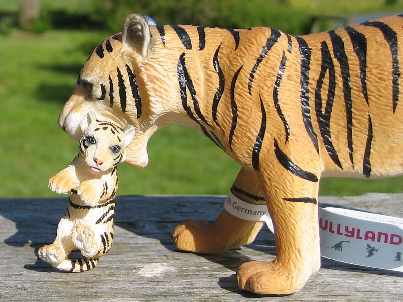 An octupus from Kristie, tiger and lioness with kittens, the new giraffes and Fridolin, the missing calf :-) Tigerandkitten