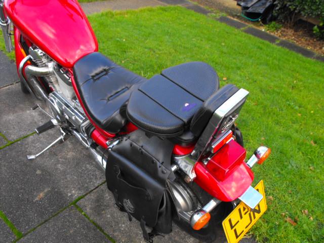 Flat Eric's .......... Suzuki VS 800 Intruderrearseat006