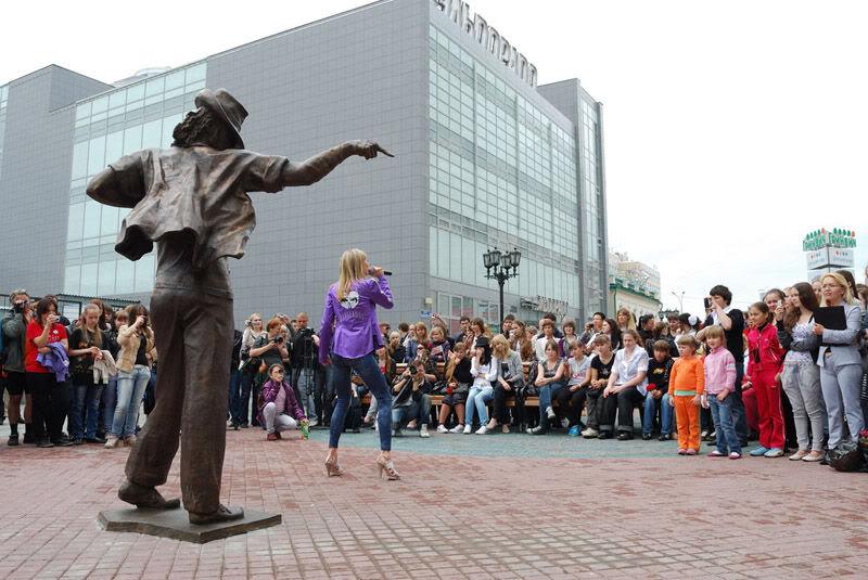 El 25 de junio se inauguro una estatua de Michael en Rusia. Picture