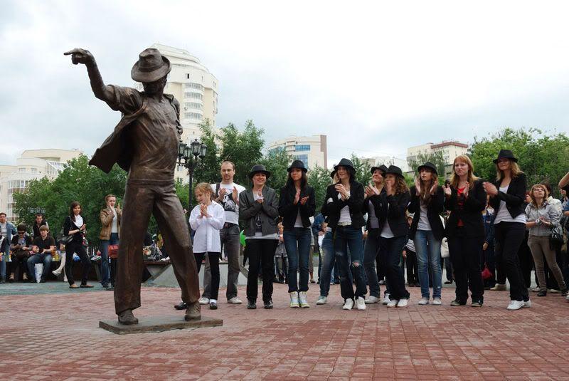 El 25 de junio se inauguro una estatua de Michael en Rusia. Picture1