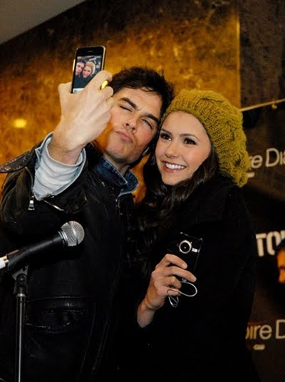 LFM2. CAPITULO 9 Ian-Somerhalder-and-Nina-Dobrev-take-photo-of-themselves_zps9097ecfb