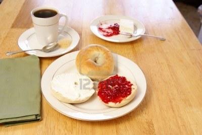 ¿Que Hay De Mi? Capitulo 15 2586119-desayuno-de-llanura-bagels-con-cafe-queso-crema-fresas-y-preserva_zps53e43555