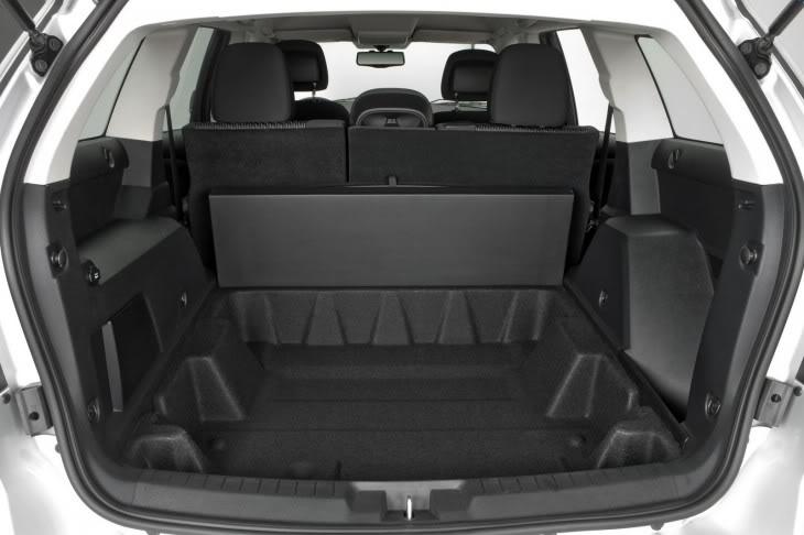 Qual o carro ideal do baixista?  Fiat-freemont-2012-porta-malas-730x486