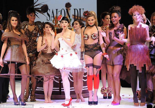 Sfilata në çokollatë, modeles i shkrin fustani në pasarelë Tegjithenepasarele