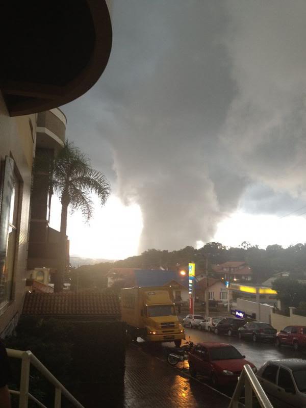Formacao de tornado ontem em Nova Petropolis-RS 1779296_576982485751703_1618048244_n_zps8f460690