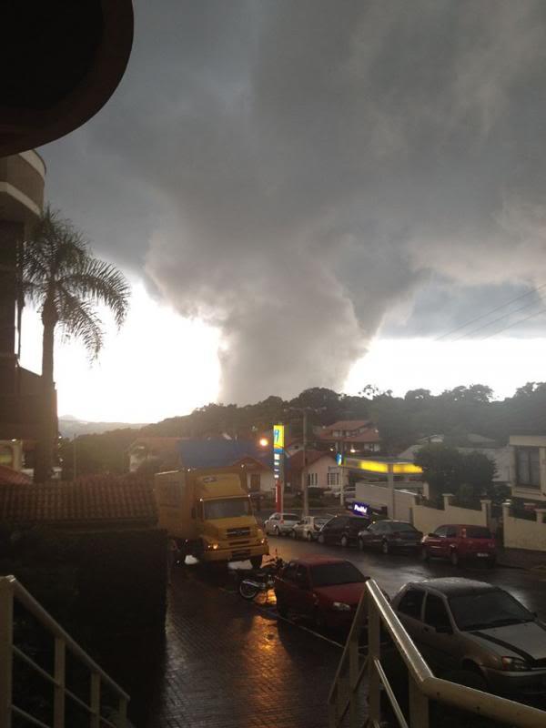 Formacao de tornado ontem em Nova Petropolis-RS 1780633_576982142418404_1503102939_n_zps5c5d03c9