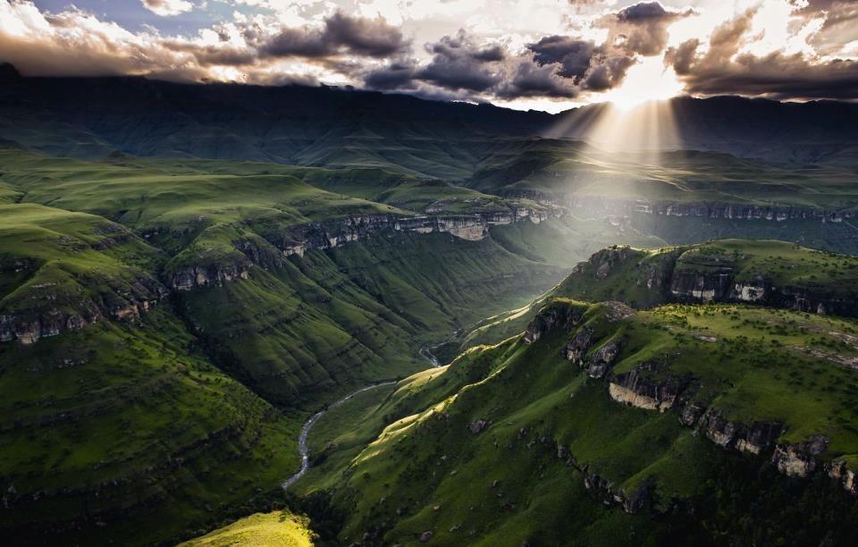 அழகு மலைகளின் காட்சிகள் சில.....01 - Page 40 Rays-drakensberg-mountains-so-africa