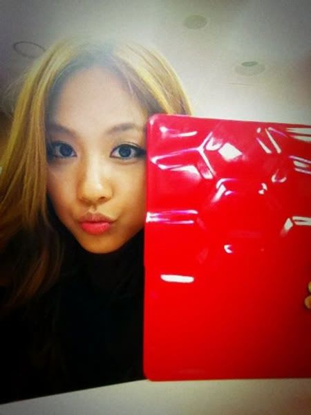 miss A's Fei shows off her new iPad case 20110721_fei_ipad_red