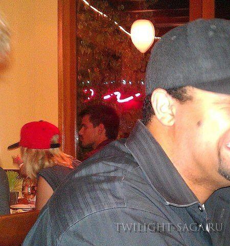 Taylor Nuevamente Junto a Ashley Benson (11 de Sep) 186140-80c26-59941766-m750x740-u9aca6