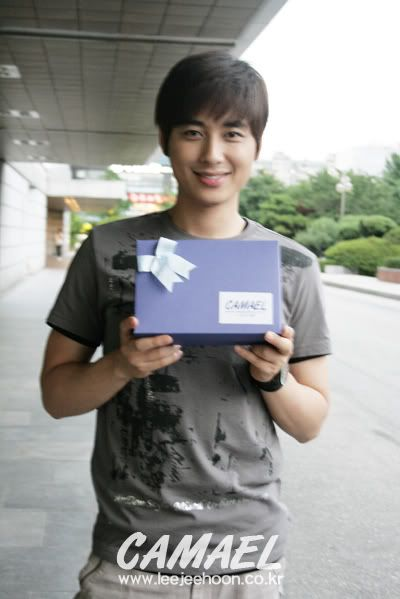 3rd Snack Delivery to Jee Hoon in a row! ^_^ B_B900FB89483694FA456ABA21FEA6D369