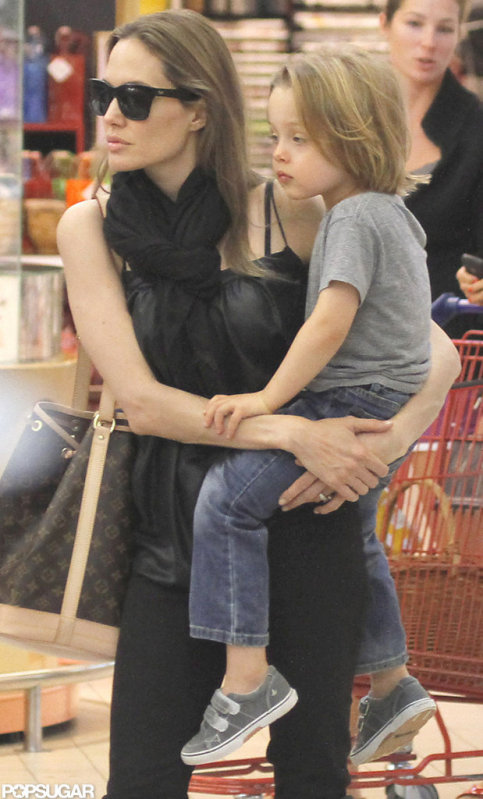 Анжелина Джоли / Angelina Jolie - Страница 4 47673f19ef247c07_AJolieKIDSexclu0092312_075_X17xxxlarge_wm