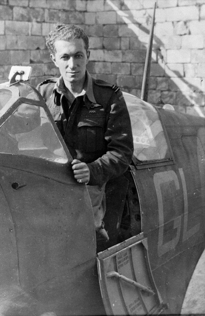 Supermarine Spitfire MkVb, Ιωάννης Αγοραστός Πλαγής, Μάλτα 1942. JohnnyPlagisPeterArnoldcollection001_zps5f1d11c8