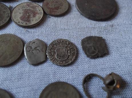 Tres monedas de plata en un mismo hoyo. DSCF1739_zpsb5ip5vrk