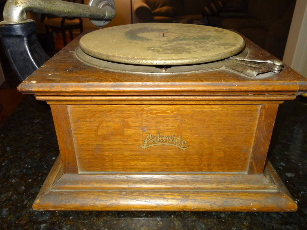 I'm new to the forum and am the proud new owner of a Lakeside phonograph DSC00584