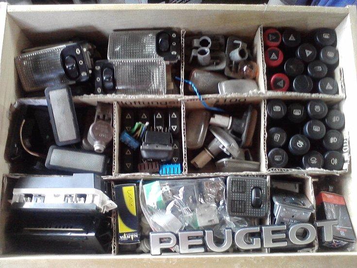 [ SE VENDE ] Material variado 306. Plafones, interruptores, logos,... Cajadechuches