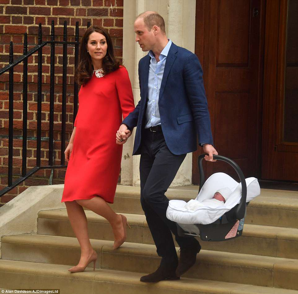 Royal Family news - Page 5 4B7781B500000578-5646889-The_pair_held_hands_as_they_prepared_to_drive_the_baby_home_from-m-33_1524513550154_zpsgp9j5wf4