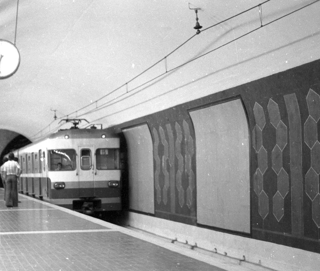 Recordant en fotografies estacions  metro anys 60 y 70 76n25f49_zpsskzpff7j