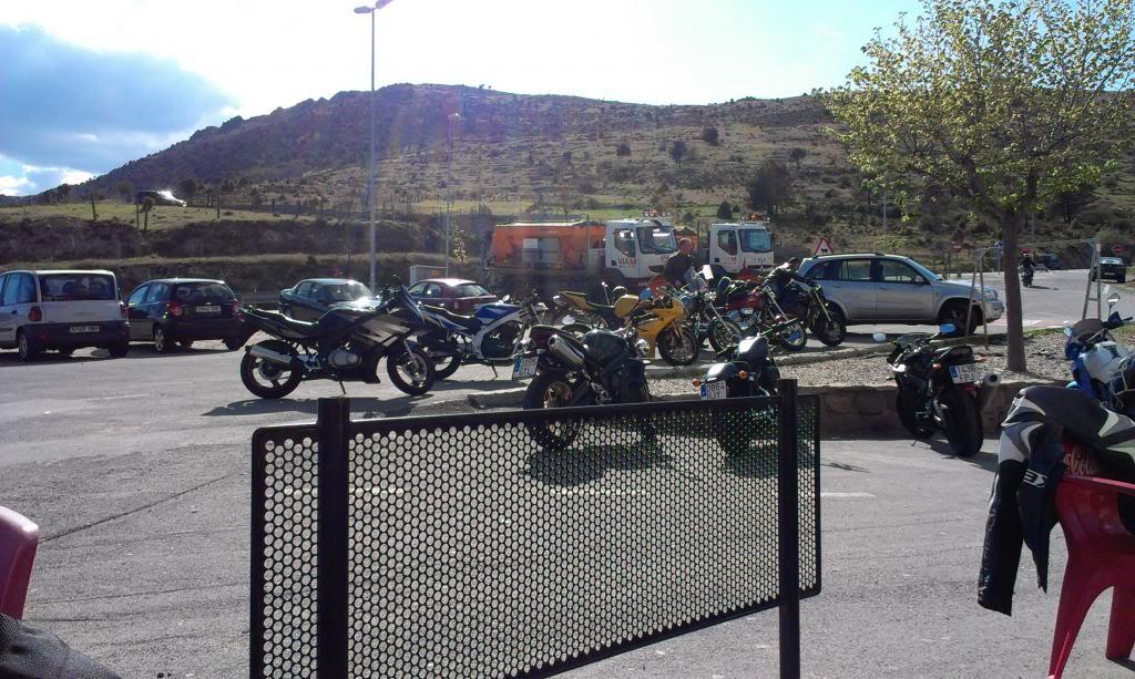 La moto a la puerta del bar... IMAG0657_zpsebc3f417