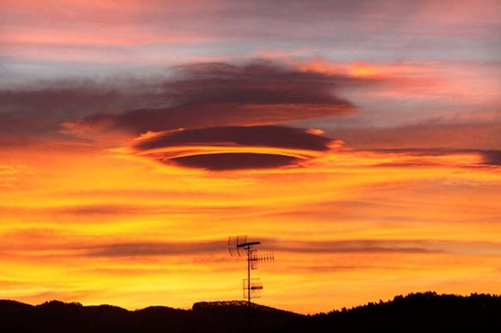Aliens - Do they... don't they? - Page 3 Lenticular-clouds-in-bilbao_zpsb3dfdc83