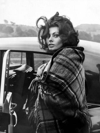 photo italian-actress-sophia-loren-arriving-at-crumlin-where-she-filmed-scenes-for-the-film-arabesque.jpg