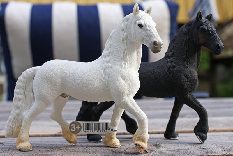 Horse additions (New: 9th December) Svartvitfriserhastar_zpsc9344641