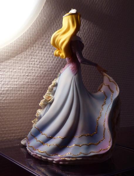 Disney Haute Couture - Enesco (depuis 2013) - Page 5 P1060843_zpseb8b1e2c