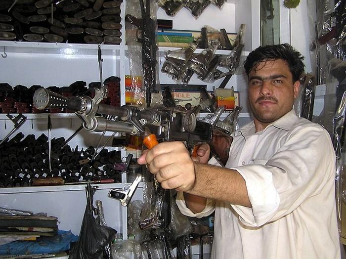 Projet de tenue Post-Apo, besoin de conseil ! Pakistani-gun-manufacture-01_zps8a0f0302
