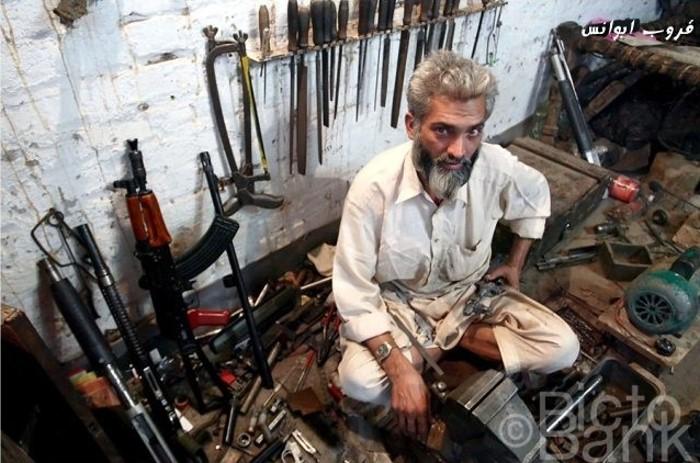 Projet de tenue Post-Apo, besoin de conseil ! Pakistani-gun-manufacture-15_zps7f5ed114
