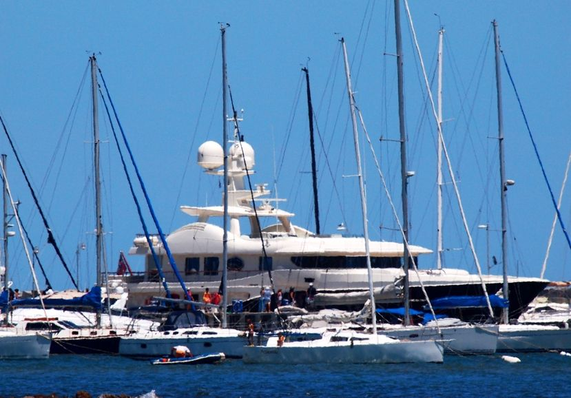 Encore un enorme yatch au port(ajoute images) P1293429