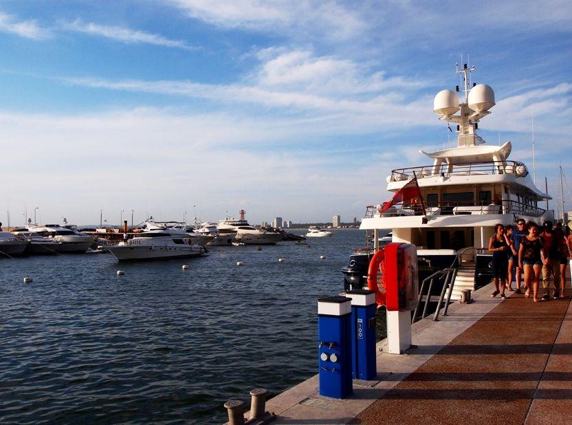Encore un enorme yatch au port(ajoute images) P1303459
