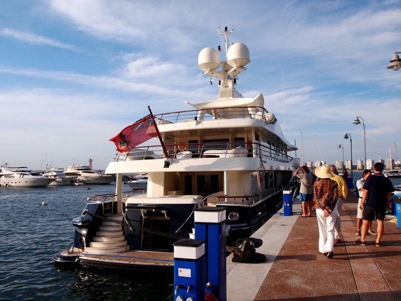Encore un enorme yatch au port(ajoute images) P1303460