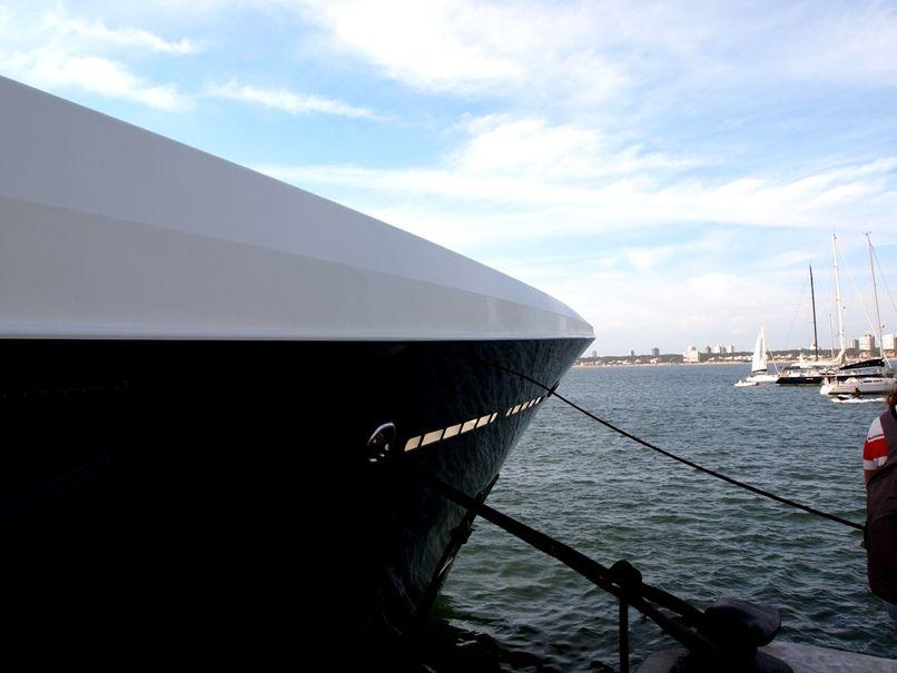 Encore un enorme yatch au port(ajoute images) P1303461