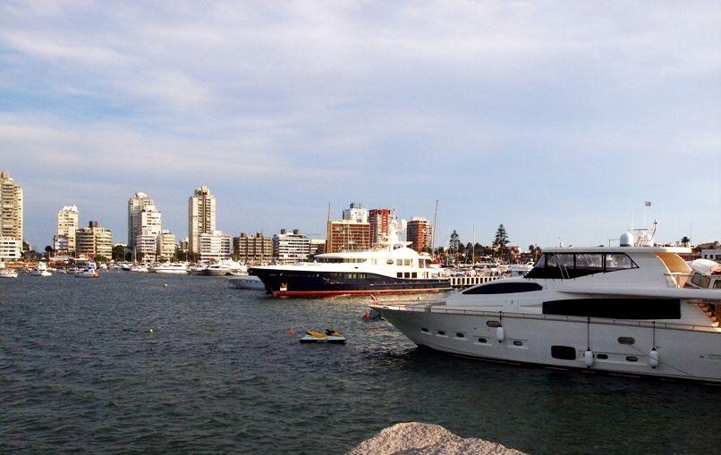 Encore un enorme yatch au port(ajoute images) P1303473